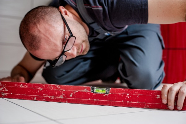 Как ремонтирует квартиру строитель